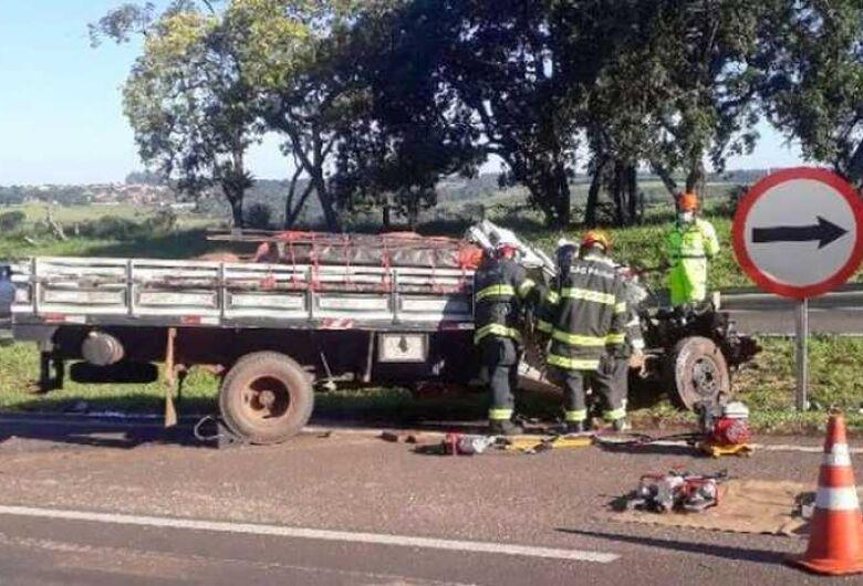Homem morre após colisão entre caminhões na SP-225 em Itirapina