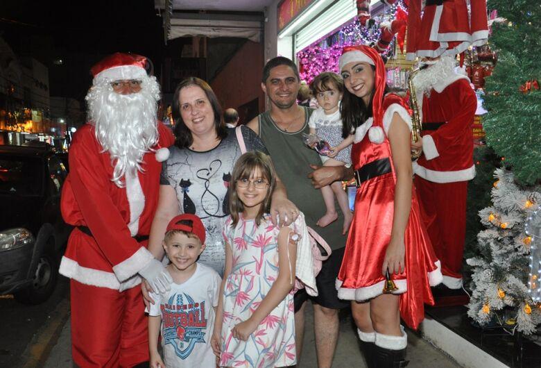 Consumidores vão às compras e encontram o Papai Noel no comércio
