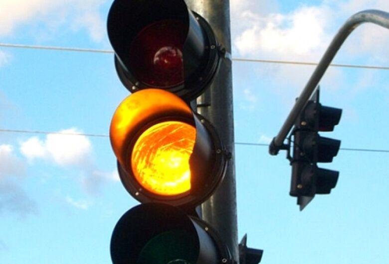 Câmara municipal aprova lei que prevê semáforo em amarelo piscante entre 23h e 5h