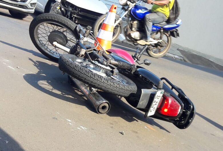 Carro atinge motociclista após ultrapassar sinal de pare