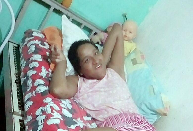 Após campanha solidária, mulher com necessidade especial ganha cadeira de banho e alimentos