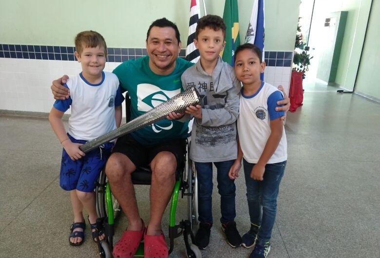 Escola Municipal de Ibaté recebe a visita do campeão paralímpico Clodoaldo da Silva