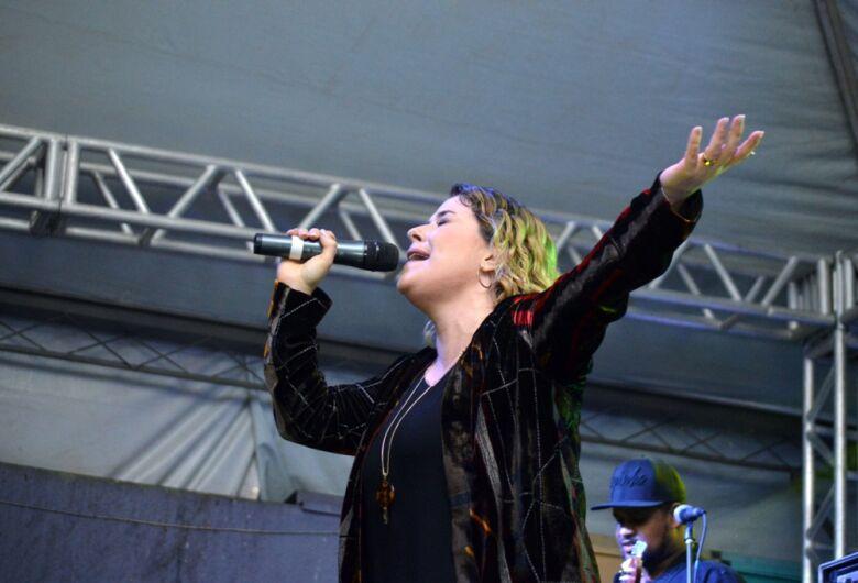 """Shows de Mariana Valadão e Orquestra dos Violeiros movimentam público no """"Natal Luzes e Sons Ibaté 2018"""""""