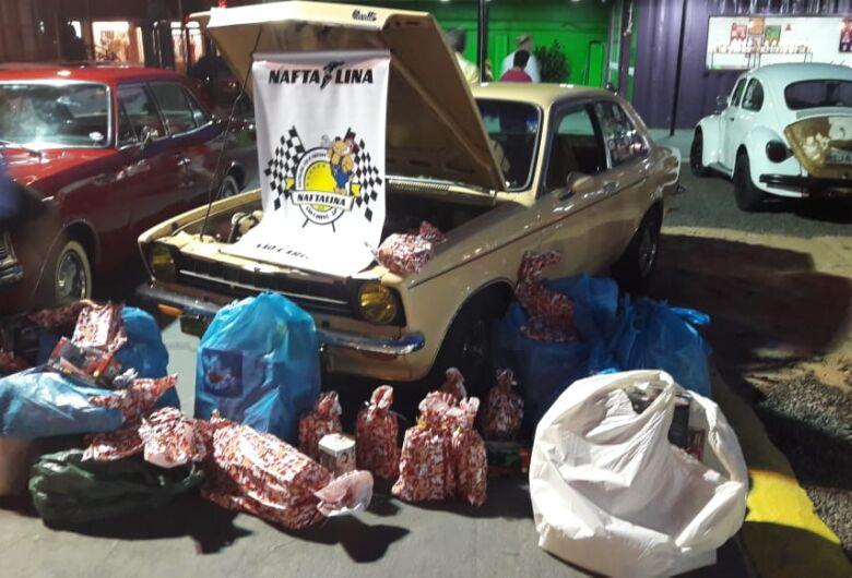 Apaixonados por carros antigos arrecadam brinquedos em evento solidário