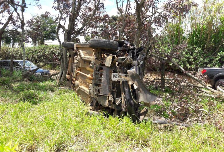 Idoso fica ferido após carro capotar em estrada de terra