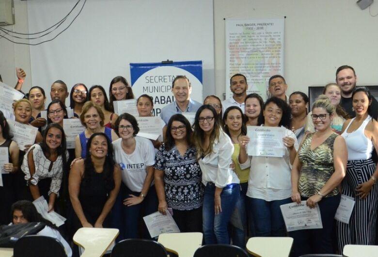Sessenta alunos do curso de Assistente Administrativo recebem certificados