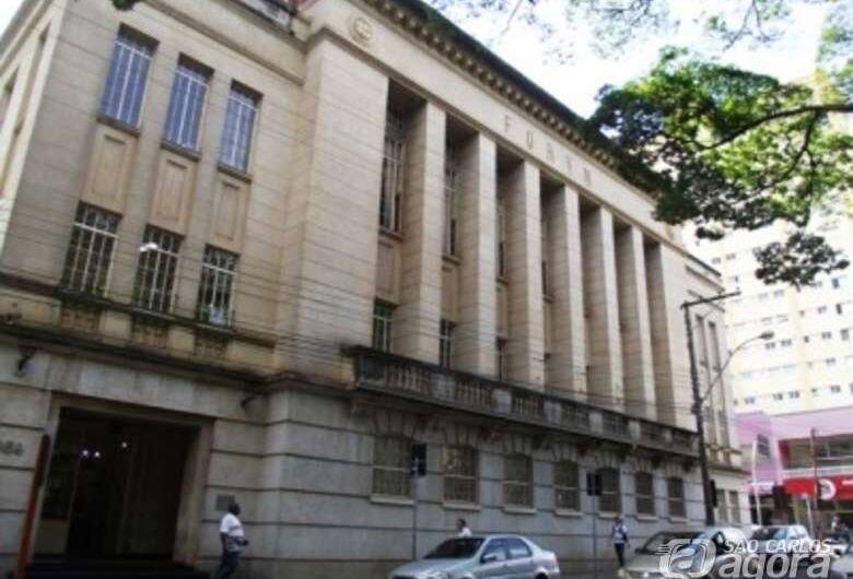 Dupla espanca e assalta aposentado na frente do Fórum Criminal