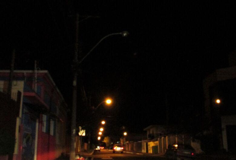 Lâmpadas queimadas deixam vários pontos da cidade às escuras