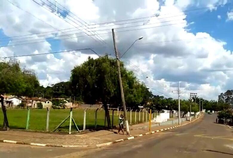 Poste em risco de queda deixa moradores de Santa Eudóxia preocupados