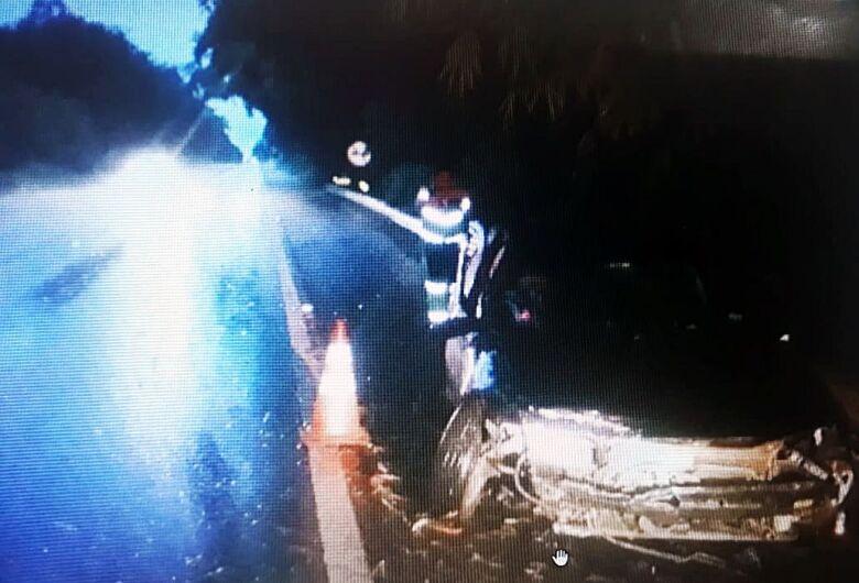 Motorista sofre acidente após ser fechado por caminhão na SP-215