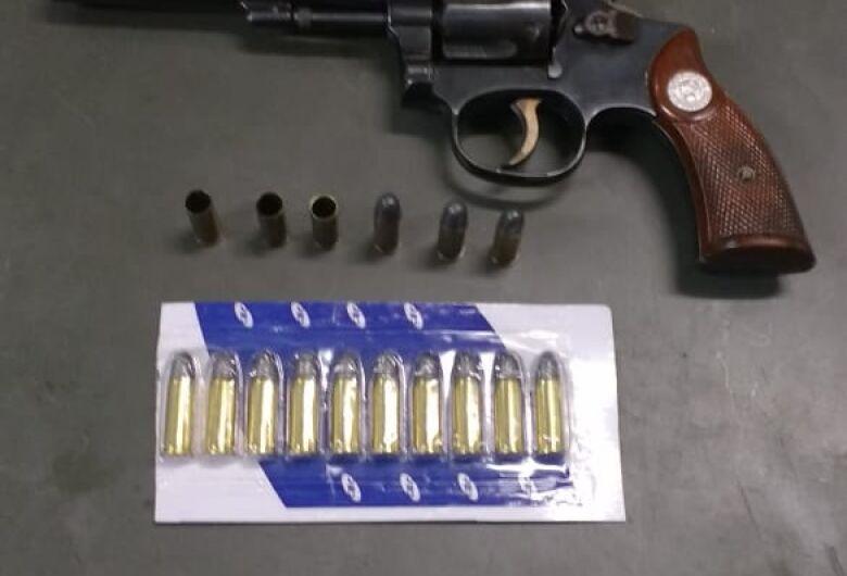 Homem é detido com arma de fogo em Porto Ferreira