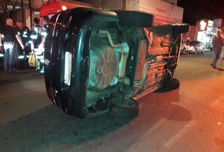 Siena bate em carro estacionado e tomba na avenida Sallum