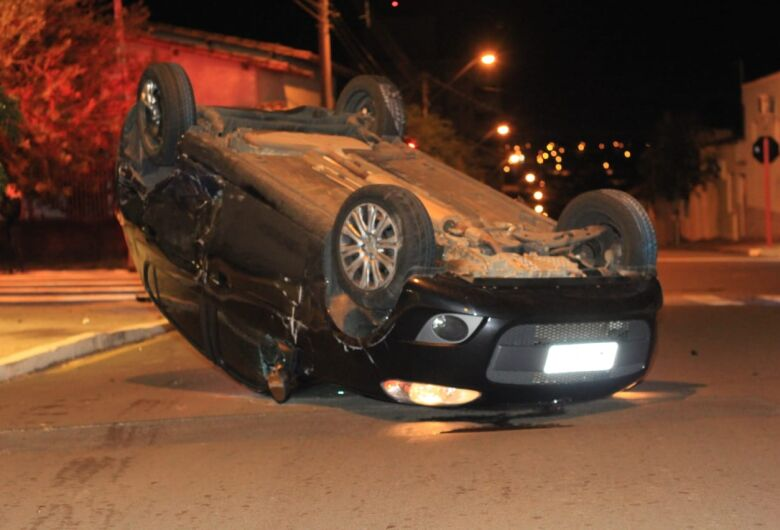 Motorista fica presa às ferragens após capotamento na Vila Nery