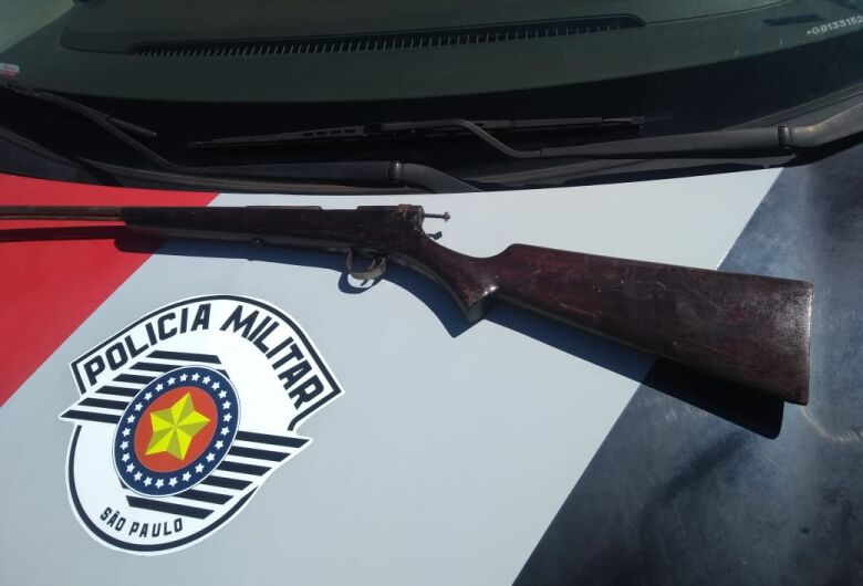 Homem é detido com espingarda após ameaçar ex-esposa em Ibaté