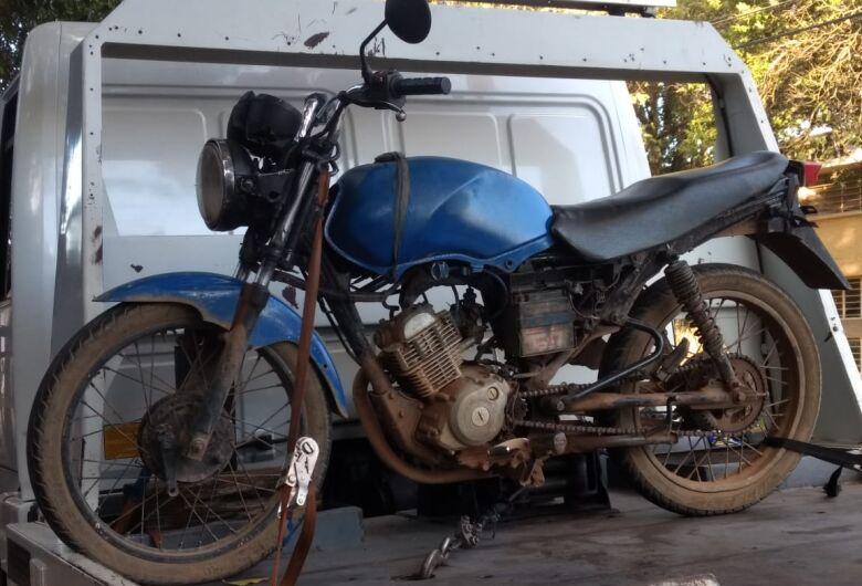 Jovem é flagrado pilotando moto sem placas no Itamaraty