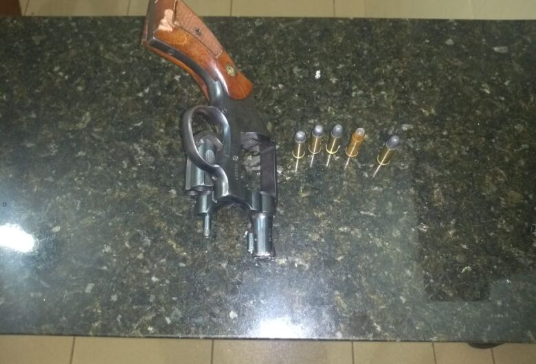 Homem tenta fugir da polícia mas acaba detido com arma de fogo em Ibaté