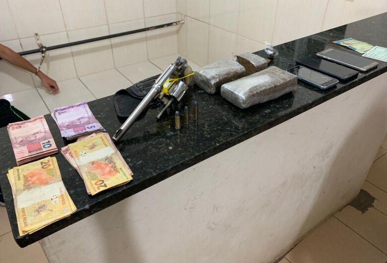 Força Tática detém dupla por tráfico e posse irregular de arma