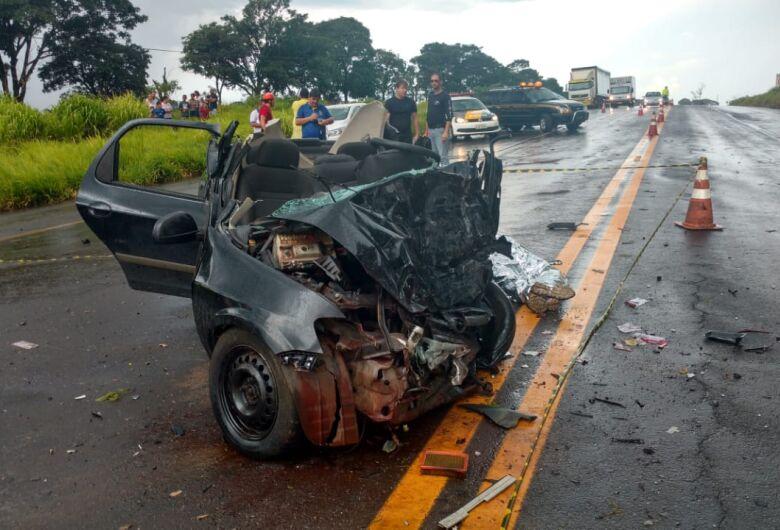 Acidente entre caminhão e dois carros deixa seis mortos em estrada da região