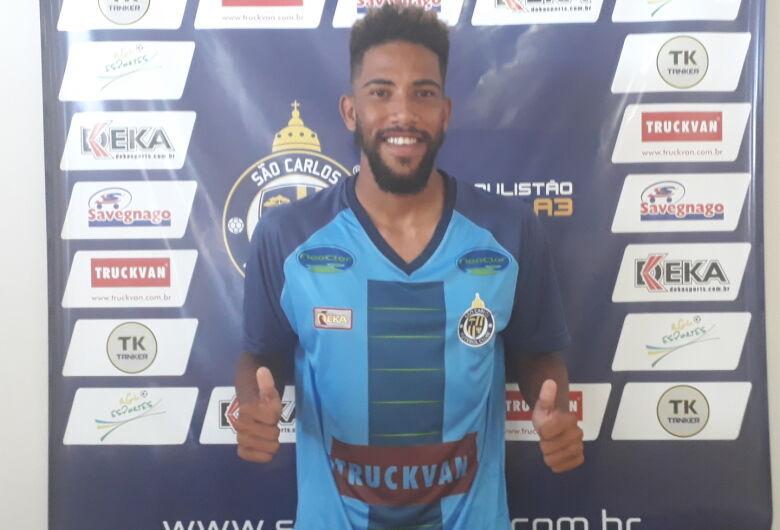 São Carlos apresenta novo lateral esquerdo