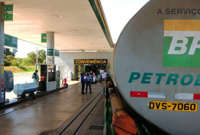 Valor médio da gasolina nos postos caiu 6% em dois meses