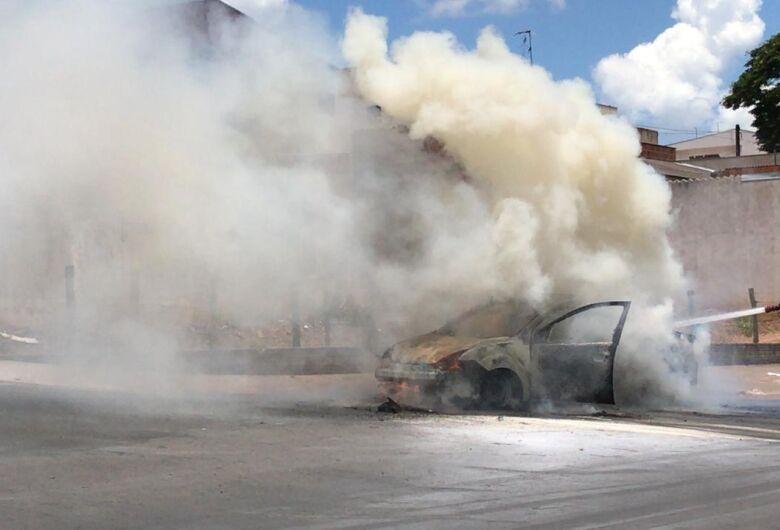 Carro é destruído por incêndio no Cidade Aracy