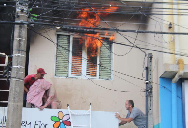 Forte explosão em apartamento deixa homem gravemente ferido na Miguel Petroni