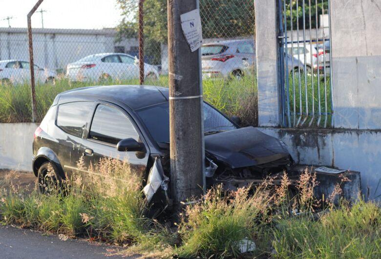 Motorista perde controle e colide carro em poste