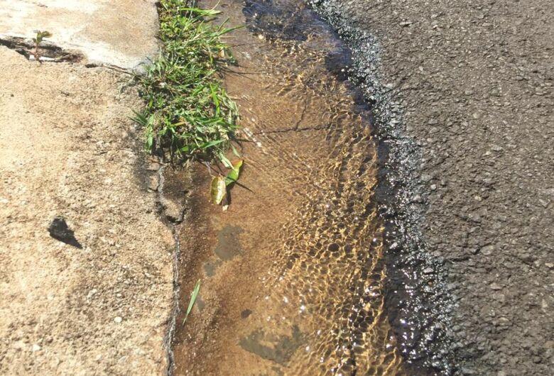Vazamento completa um mês na rua Miguel João