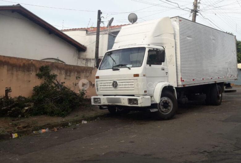 Bebê morre ao ser atropelado pelo caminhão do próprio pai