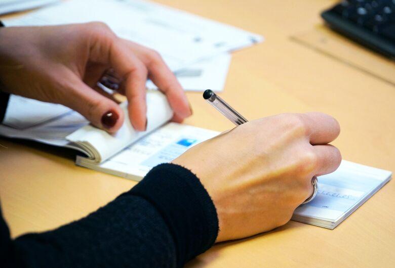 Preencher cheques no começo do ano requer cuidado para não errar a data