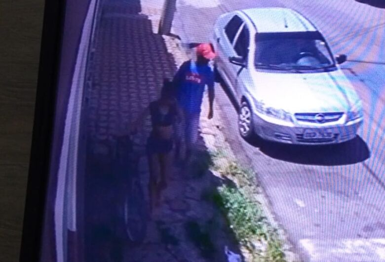 Casal arromba porta e furta casa na Vila Prado