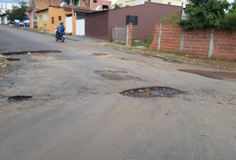 """Operação tapa buraco """"esquece"""" rua no Romeu Tortorelli"""