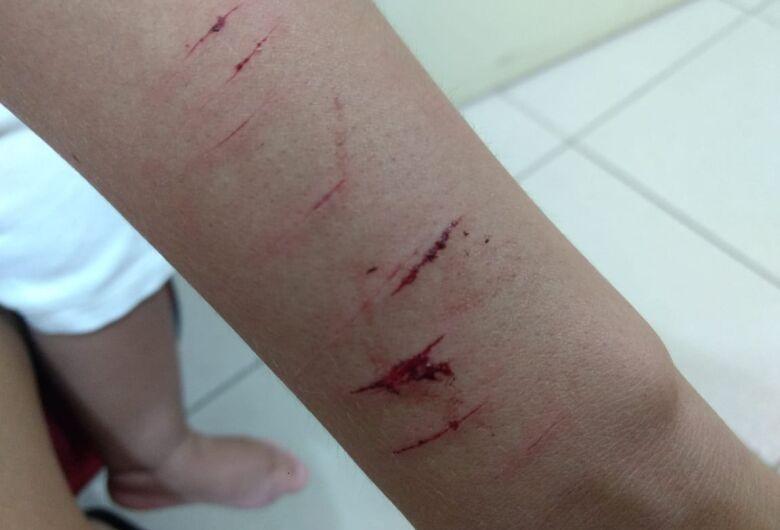 Marido fere mulher com faca no Jardim Centenário