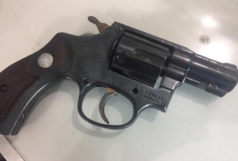 ROCAM recupera produtos roubados e detém jovem por por ilegal de arma