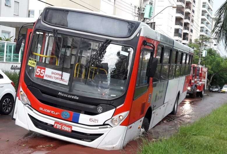 Ônibus cai em buraco na região do shopping