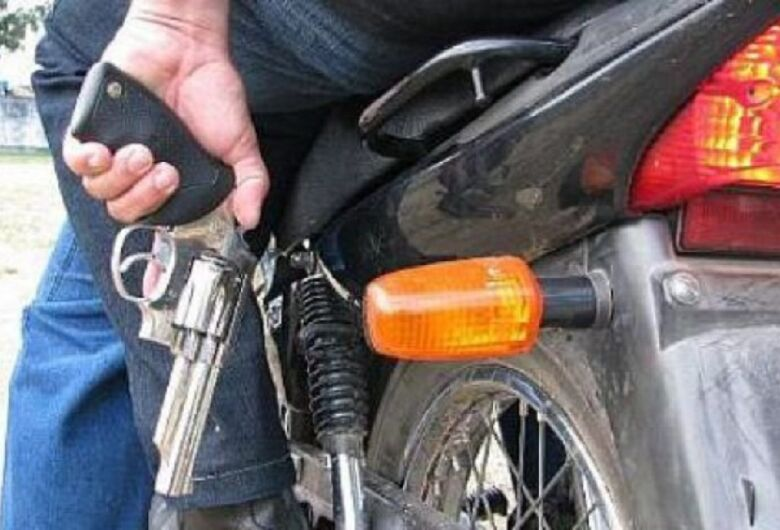 Dupla assalta colombiana, rouba moto e R$ 600 no Aracy