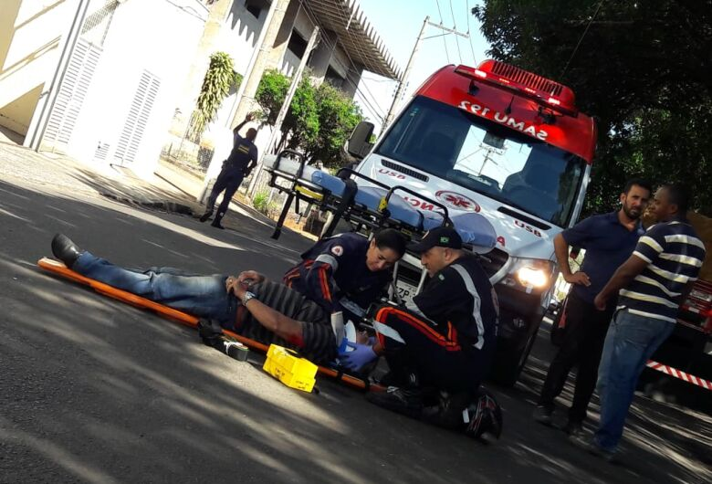 Motociclista fica ferido após batida com carro na região da Praça Itália