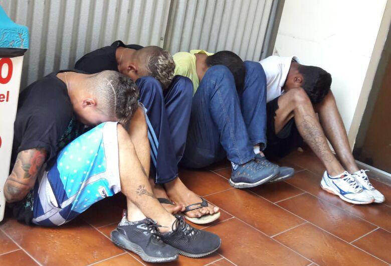Suspeitos de tentar furtar casa são detidos pela PM