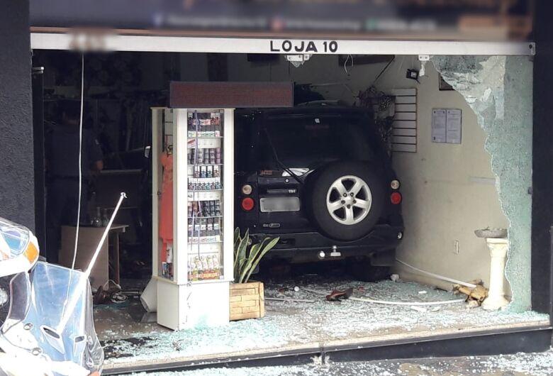 Carro desgovernado invade loja no Centro de São Carlos