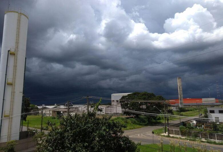 Aviso de risco meteorológico foi divulgado no início da tarde desta segunda-feira (11)
