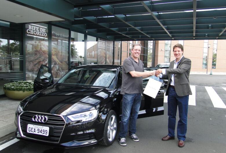 Gerente do Iguatemi entrega Audi para ganhador da promoção de Natal do shopping
