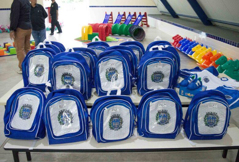 Zé Parrella entrega uniformes escolares aos alunos da rede municipal de Ensino