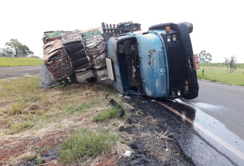 Caminhão tomba na alça de acesso à estrada do Broa