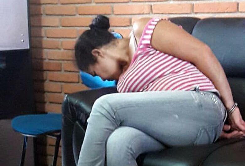 Mulher que tentou matar babá a facadas é levada para o presídio de Guariba