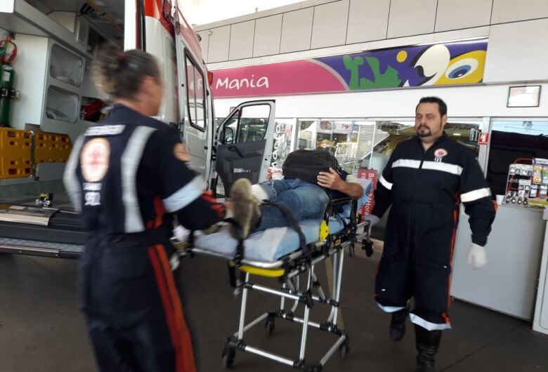 Sol atrapalha visão e motociclista colide em poste na Getúlio Vargas