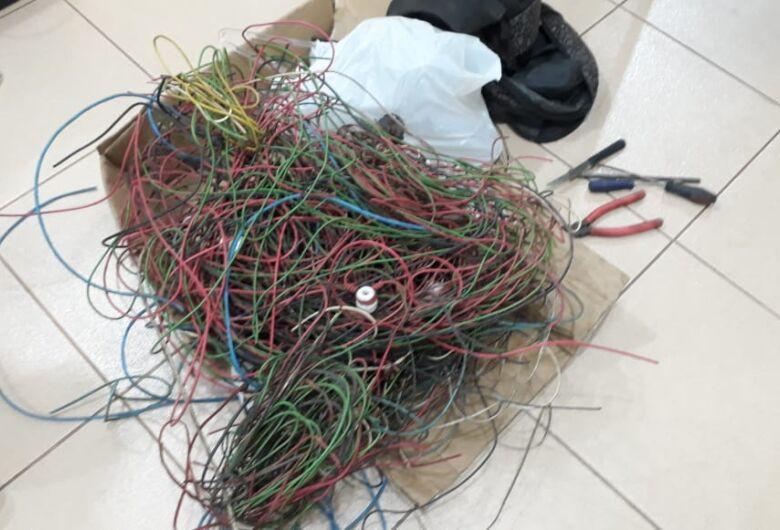 Três desocupados são detidos com 100 metros de cabos elétricos