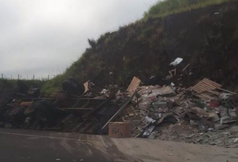 Caminhão carregado com materiais para construção tomba em rotatória em Ribeirão Bonito