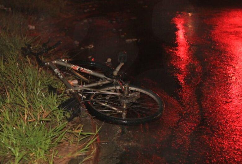 Ciclista é atingido por picape durante forte chuva no Cidade Aracy II