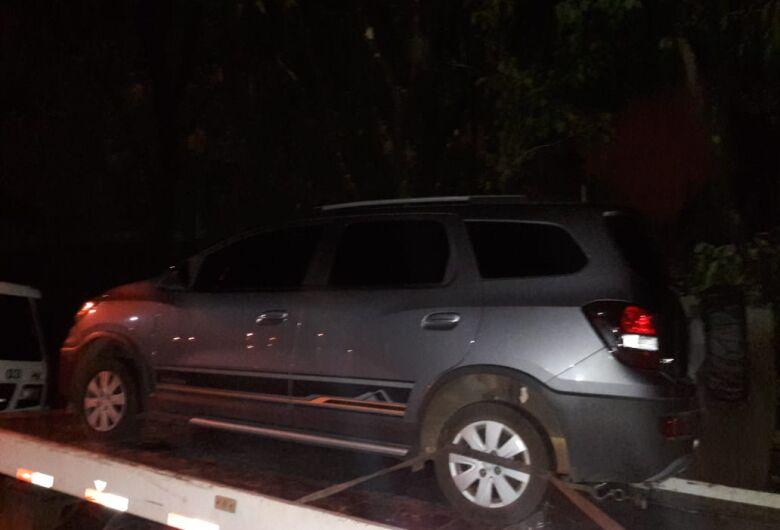 Carro furtado há quase um mês é localizado em fazenda