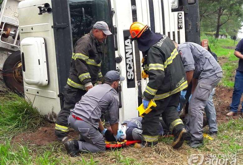 Motorista perde controle em pista escorregadia e caminhão caçamba tomba na SP-215